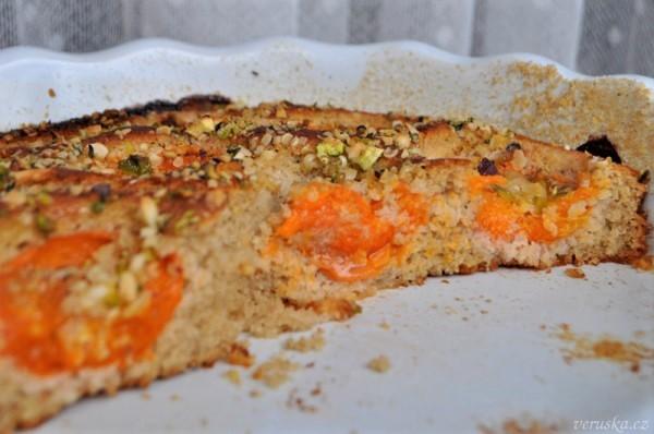 Meruňkový koláč s pohankou a kokosem
